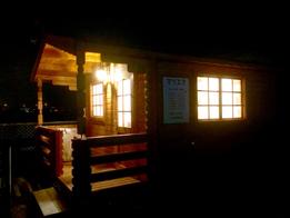 ログハウス夜の外観